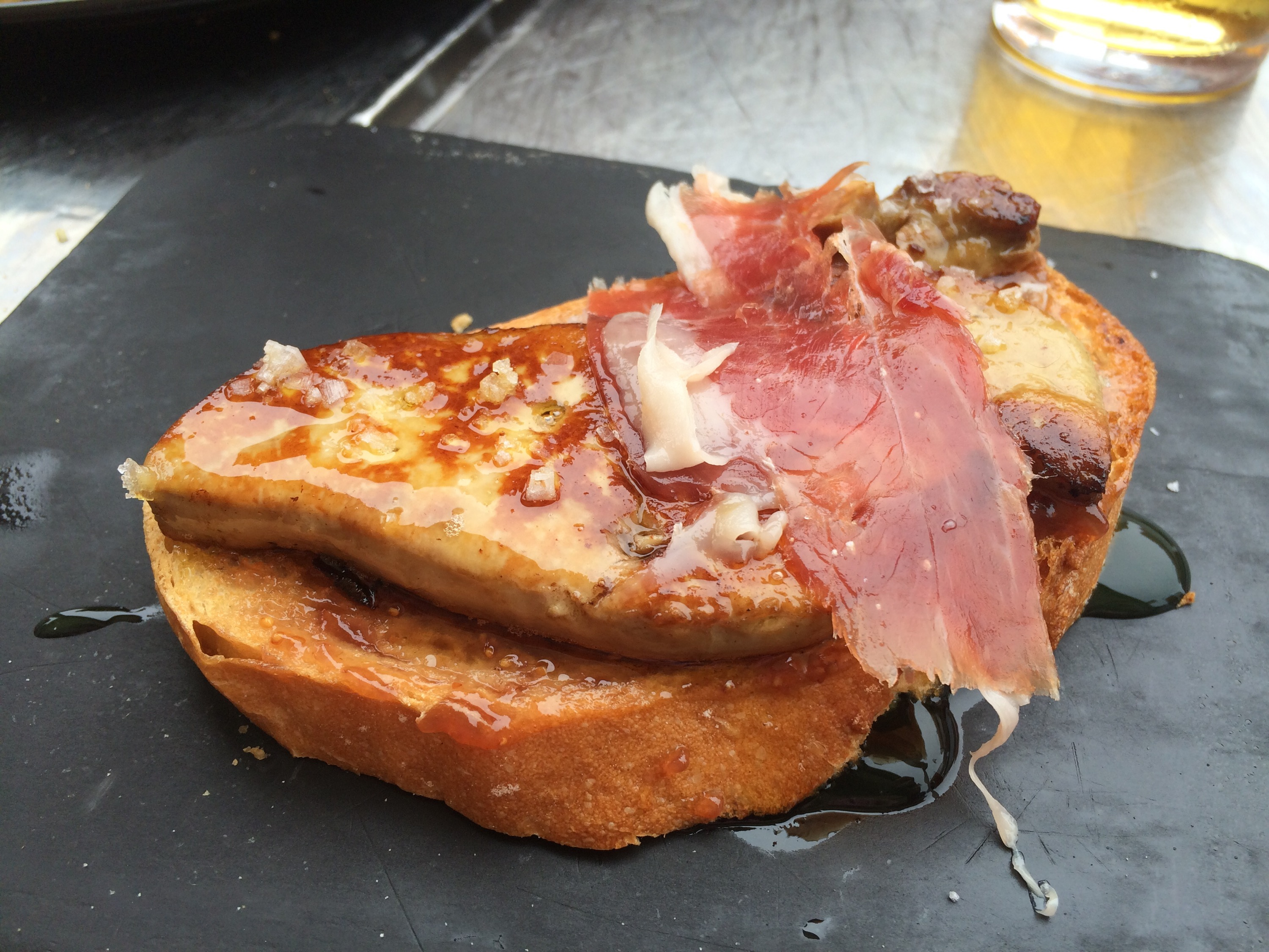 Bacon, foie y huevo de codorniz con mermelada de tomate